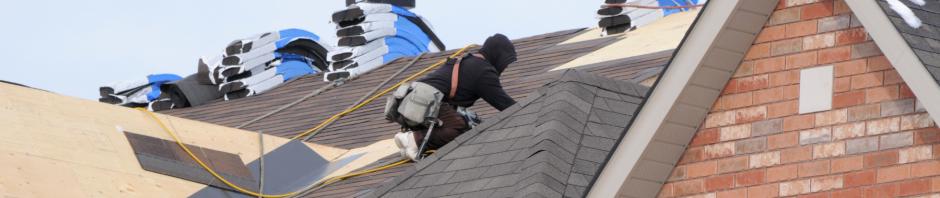 cilvēks liek mājai jumtu