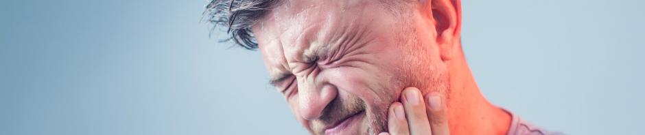 vīrietis, kuram briesmīgi sāp zobs