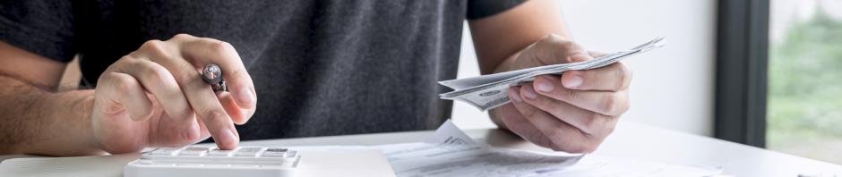 grāmatvedis rēķina savas un uzņēmuma finanses